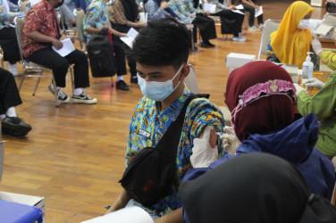 Seribu Peserta Didik SMK Negeri 2 Malang Ikuti Vaksinasi Covid-19 di Gedung Graha Cakrawala Universitas Negeri Malang